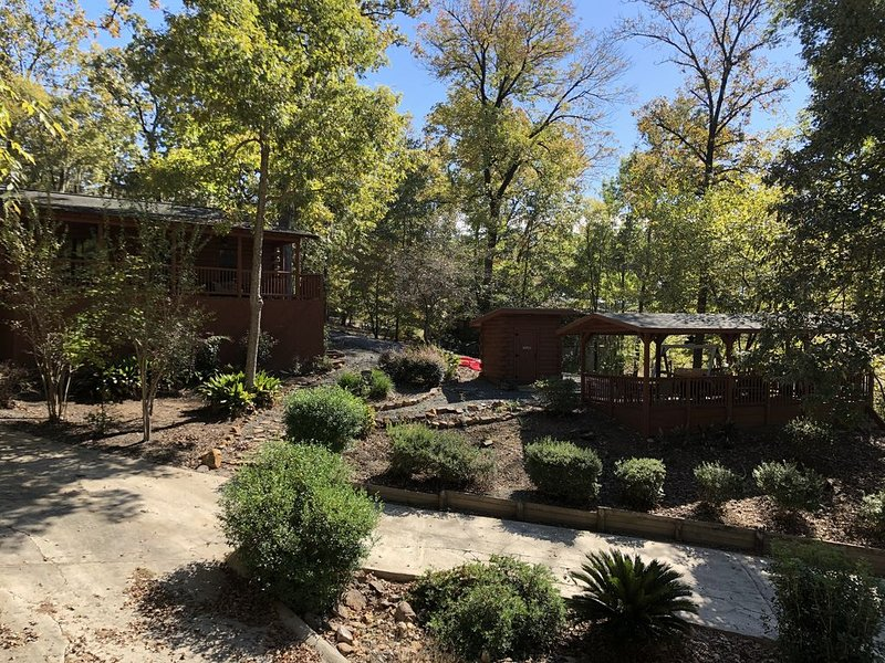 *Once a Part of the Beloved Shady Oak Lodge - Cabin 1 (Sleeps 6) w/ Boat Ramp*, holiday rental in Milam