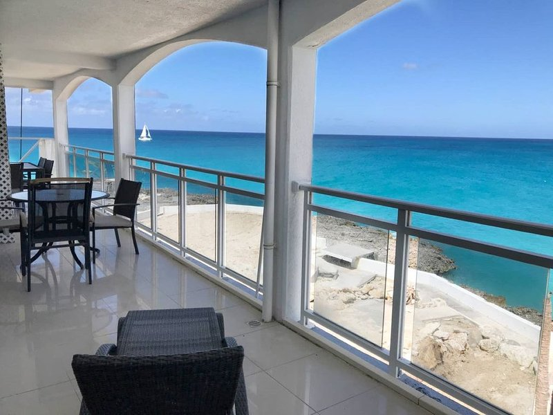 Spacious Ocean 1-Bedroom Suite, holiday rental in Maho