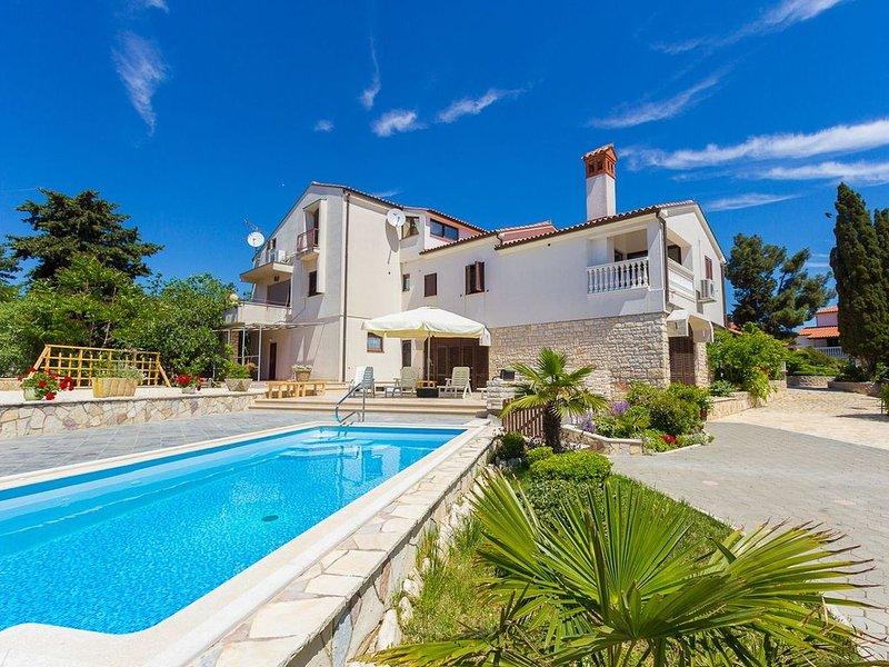 Ferienwohnung mit separatem Eingang und schönem Pool samt Liegestühlen, vacation rental in Medulin