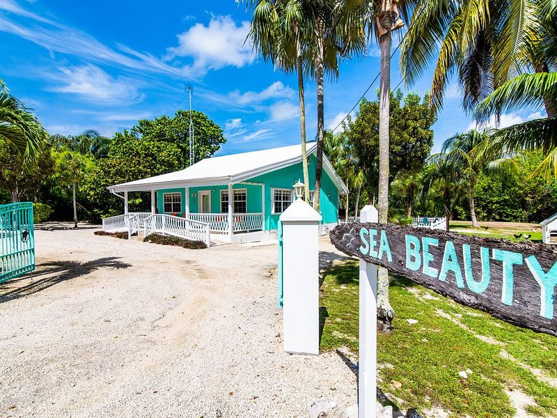 2BR-Sea Beauty: Cayman Style Gingerbread Cottage with 300' Private Beach, holiday rental in Breakers