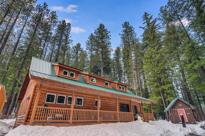 Log Cabin w/ Unique & Fun Decor_Pet-Friendly_Hot Tub_Fire Pit_SAVE in MARCH, vacation rental in Ronald