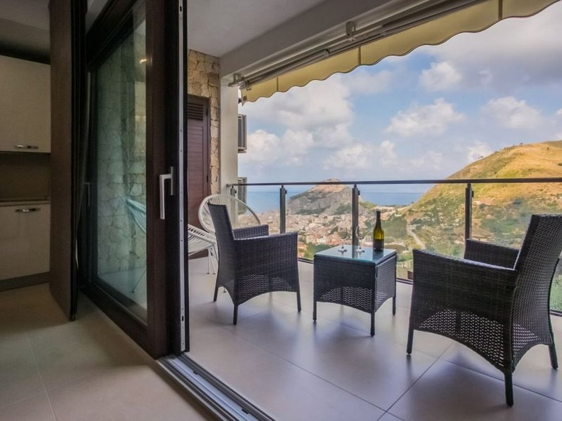 Gelsomino: new 2 bedroom apartment in small complex with amazing view and pool., location de vacances à Gibilmanna