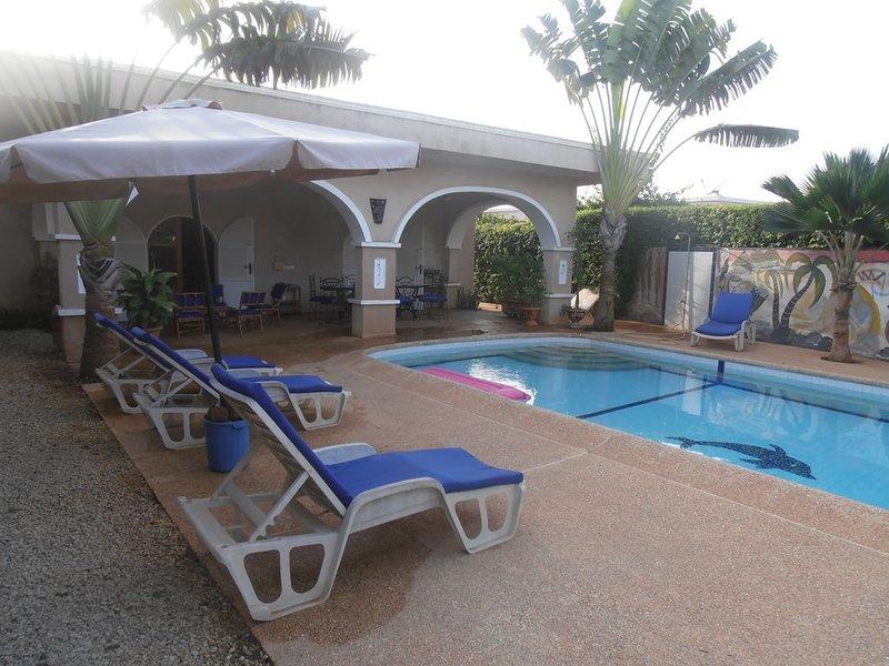 VILLA  PROCHE MER ,GRANDE PISCINE,SANS VIS A VIS,WI-FI, 420 EUROS 7 NUITS, location de vacances à Popenguine