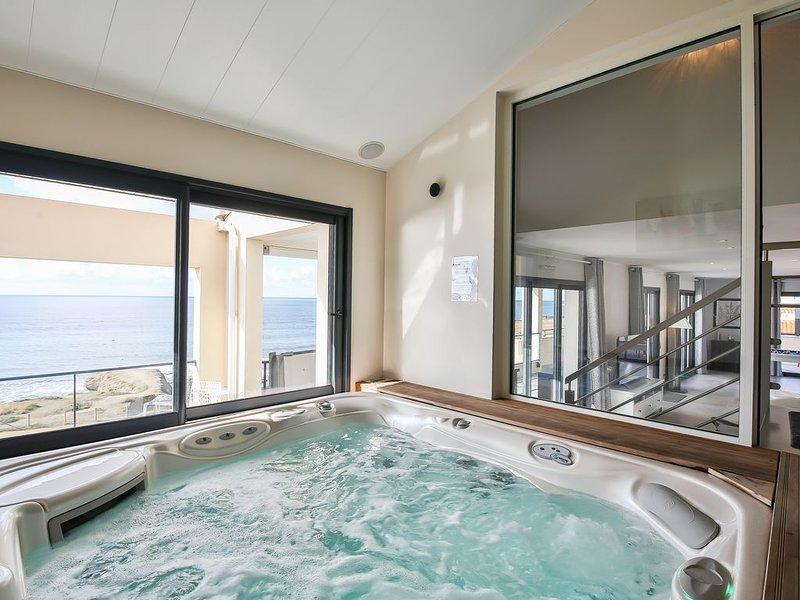 Villa (penthouse duplex) piscine intérieure et spa privés, billard, vue mer 180°, holiday rental in Saint-Hilaire-de-Riez
