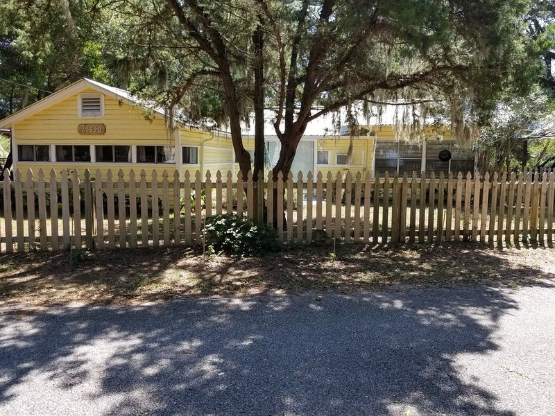 Want to get away from it all? Great dog friendly property w/ Bay & Bayou access., location de vacances à Gulf Shores