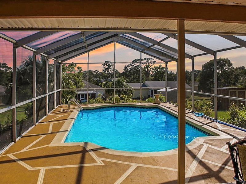 Luxurious 3 BR 2 BA Pool Home, holiday rental in Spring Hill