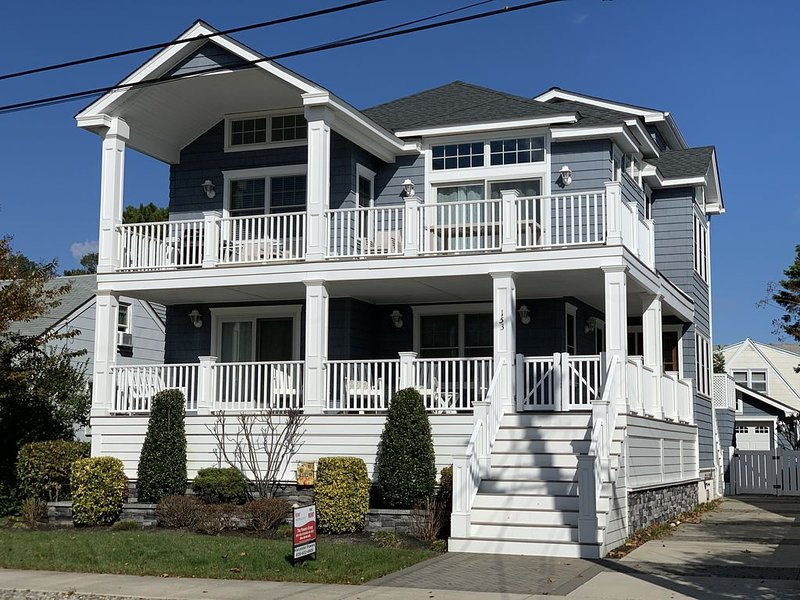 Pet Friendly Luxury Home! Near Beach, Dining, Shops and Entertainment!, holiday rental in Avalon