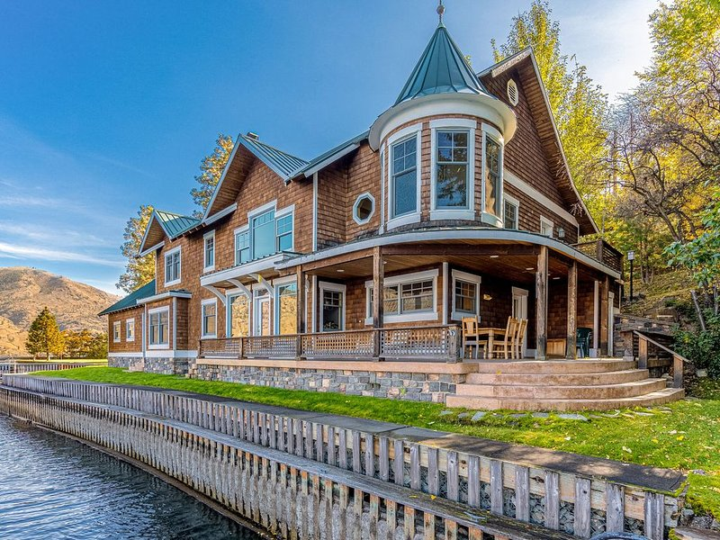Lakefront house w/ private swim dock, outdoor fireplace, & large hot tub, holiday rental in Chelan