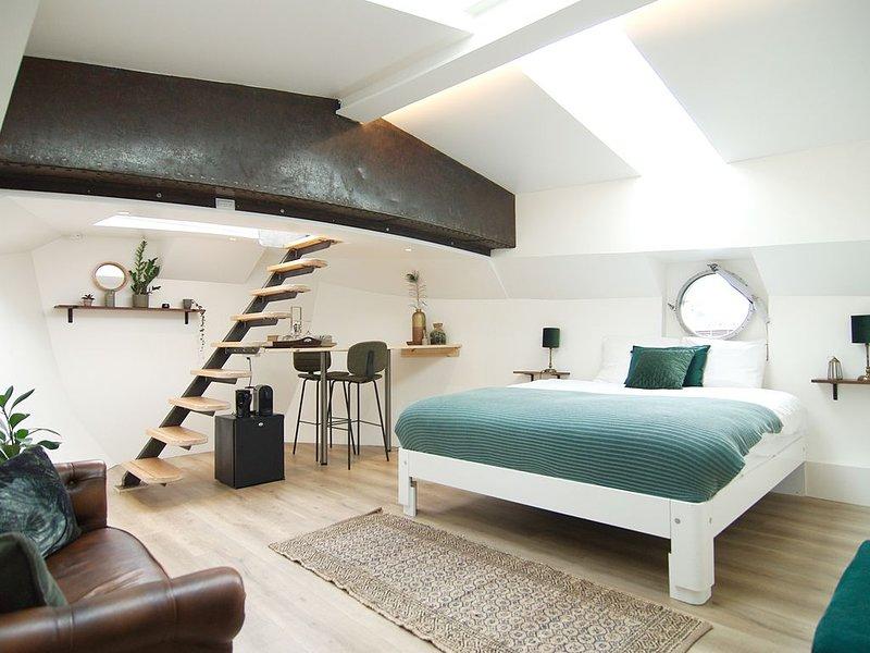 Bright & Spacious Studio * eco houseboat!, holiday rental in Zaandam