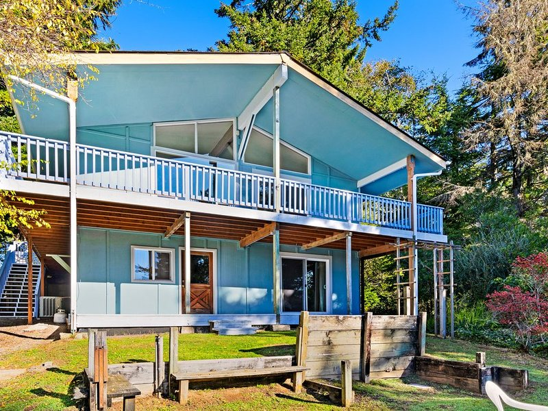 Spacious, dog-friendly house with views of the slough and nearby beach access, holiday rental in North Bend