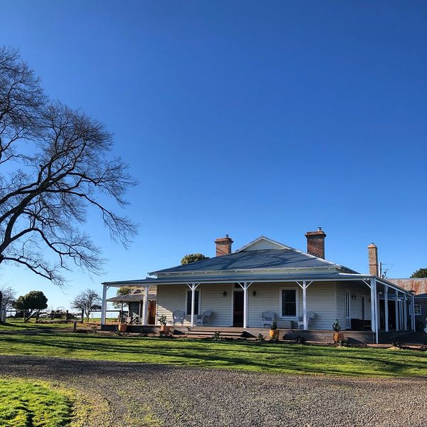 Beautifully restored farmhouse in Porcupine Ridge 5km from Daylesford, aluguéis de temporada em Hepburn Springs