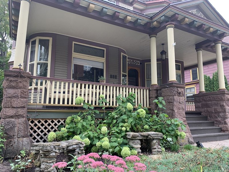 Hewitt Onion Tower Victorian charm in the heart of the city, alquiler de vacaciones en Marquette