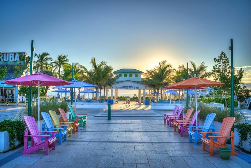 By the beach condo with pool and barbecue areas, alquiler vacacional en Lauderdale by the Sea