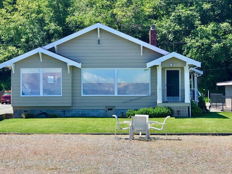 WATERFRONT BEACH CABIN ON COLUMBIA BEACH DRIVE - MINUTES FROM THE FERRY!, casa vacanza a Clinton
