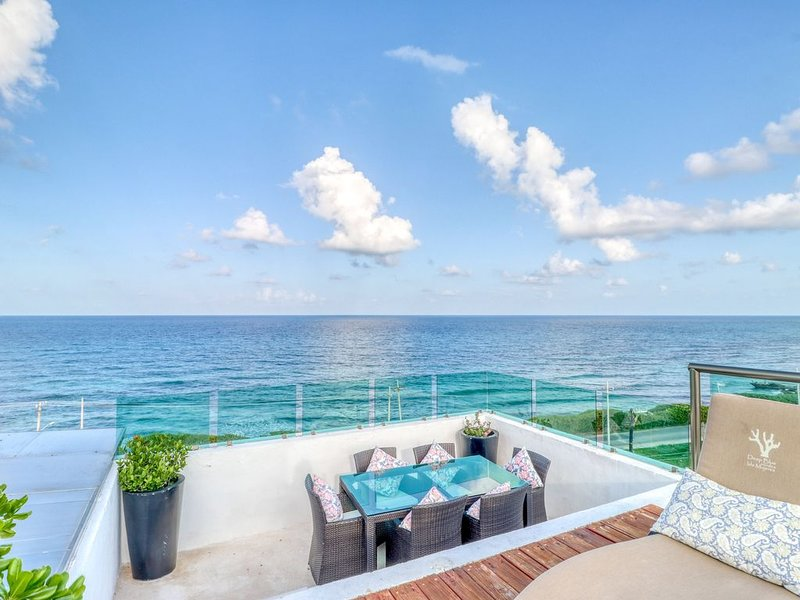 Waterfront, ocean view getaway with a rooftop infinity pool, balcony, WiFi & AC!, holiday rental in Playa Mujeres