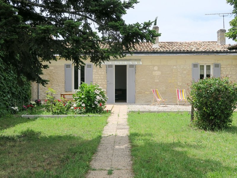 Maison de FLEURETTE proche de BORDEAUX, holiday rental in Saint-Louis-De-Montferrand
