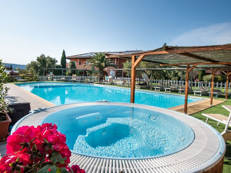 Borgo Campetroso appartamenti in campagna,2 piscine, ristorante a 20 km dal mare, holiday rental in Suvereto
