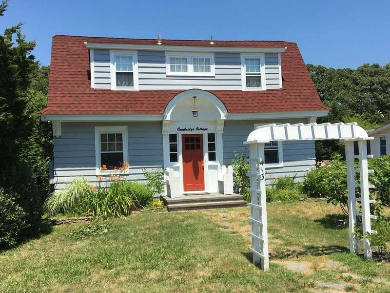 Quaint shore cottage within a short walk to beautiful beaches, alquiler de vacaciones en Cape May Point