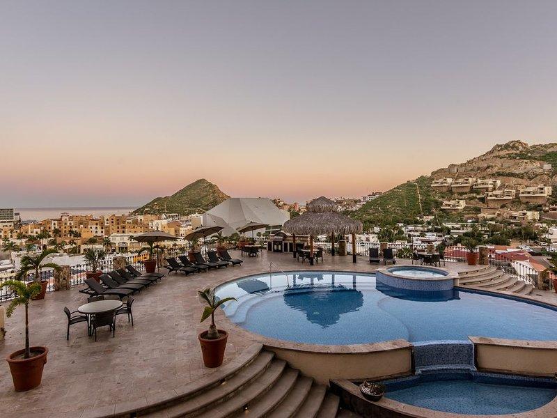 FORMER MODEL CONDO: LUXURY & VALUE SLEEPS 7 -  WALK EVERYWHERE!, alquiler de vacaciones en Cabo San Lucas
