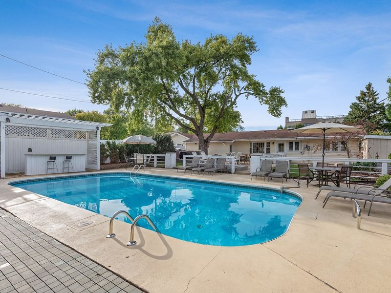 PRIVATE HEATED POOL and large fenced backyard, close to downtown New Buffalo!, alquiler vacacional en New Buffalo