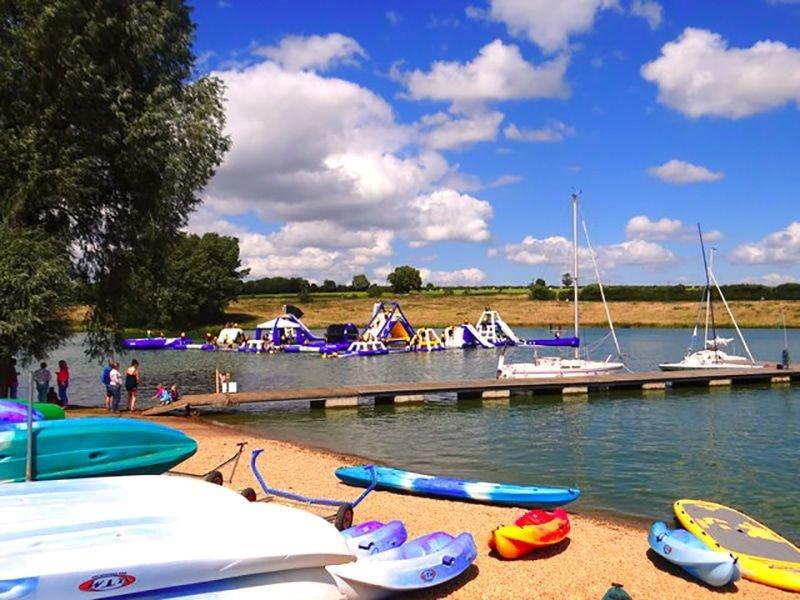 Vue locale: Rutland Water - Activités nautiques estivales