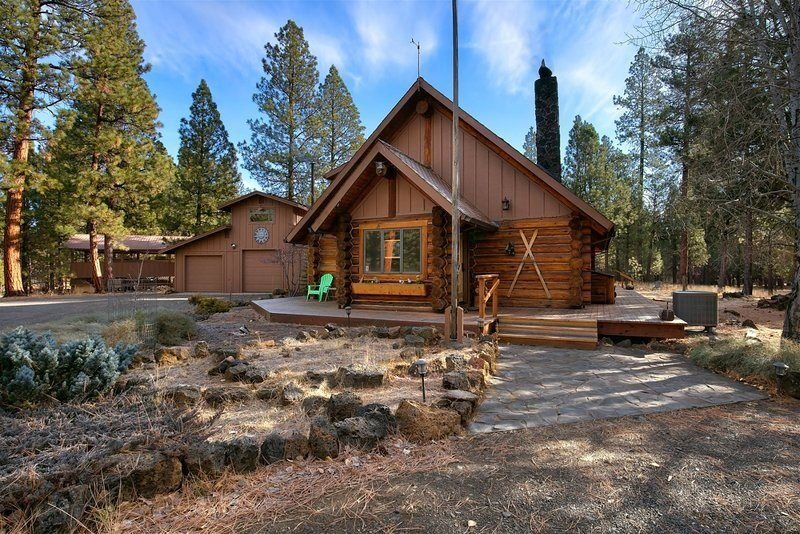 Sisters Dream Inn - amazing pet friendly cabin located on 2 beautiful acres in a, holiday rental in Sisters