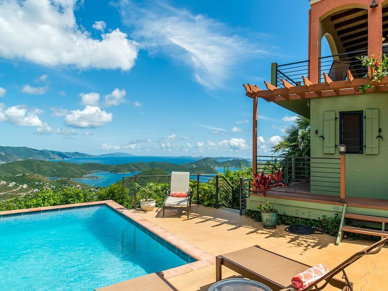 Arouse your senses: VIEWS, gardens, 1-3 BR with decks, designer touches, pool, location de vacances à Coral Bay