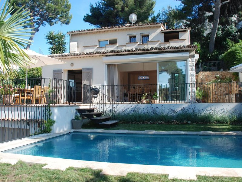 Villa with pool in the heart of the Cap D'Antibes. Short walk to  sandy beaches., holiday rental in Cap d'Antibes