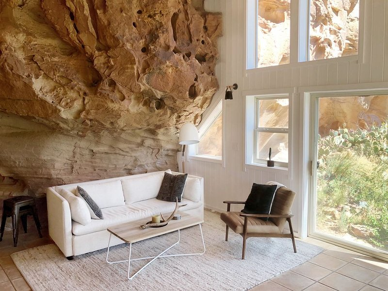 Stay in a unique Cliff House with private outdoor spaces near Mesa Verde, holiday rental in Lewis