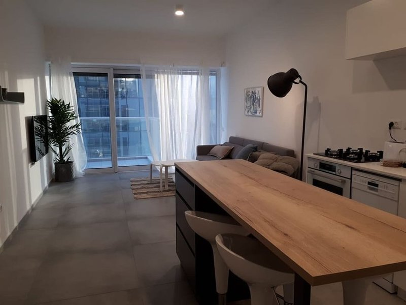 Amazing apt in a luxury building - FREE PARKING, Ferienwohnung in Petah Tiqwa