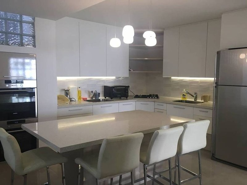 Large apartment perfect for a family holiday, casa vacanza a Beit Sahour