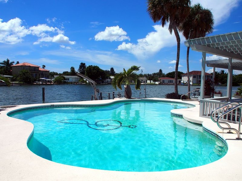 Private 3br/2ba waterfront oasis in St. Pete Beach, 7 mins walk to the beach, location de vacances à South Pasadena
