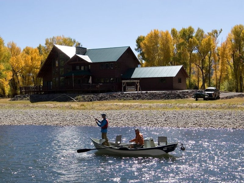 Luxury River Front Property, Mountain Views, Great Skiing, Gold Medal Fishing., holiday rental in South Fork