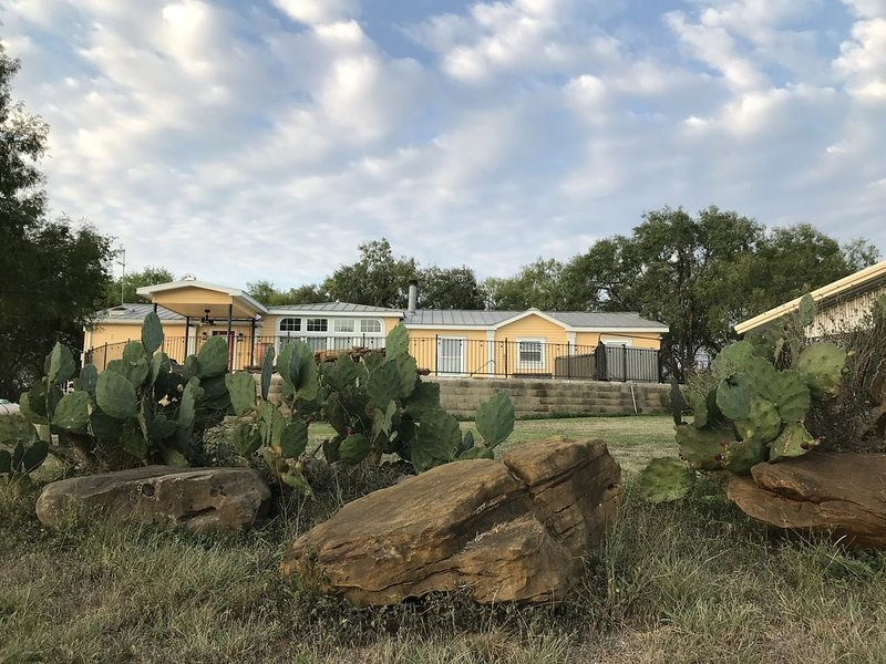 Tranquil Ranch w HEATED pool and spa on Cibolo Creek, sleeps 9, holiday rental in Schertz