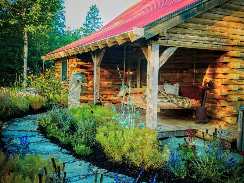 Circe and Hare Log Cabin in Vermont, vacation rental in Glover