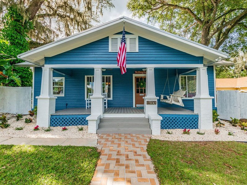The Penny House - Newly Updated 1925 Bungalow - Downtown Location! Event Ready!, holiday rental in Dade City