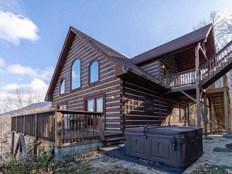 Faraway Skies- 100 mile views! Hot tub, total privacy, 20 mins to Boone!, holiday rental in Zionville