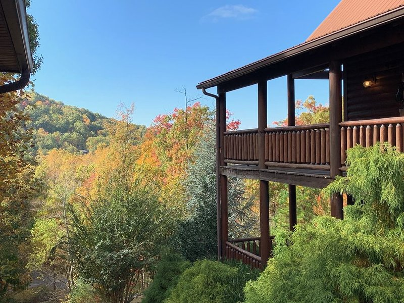 Ready, Set, Explore...Sunsets/Views/Theater Room/Fireplaces/Hot Tub/Pool Access, holiday rental in Wears Valley