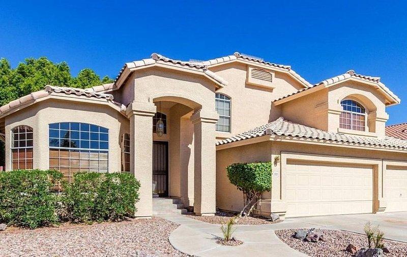 Desert Oasis in Mesa, AZ with Heated Pool! Huge 5 bedroom home. Sleeps 16+, alquiler de vacaciones en Mesa