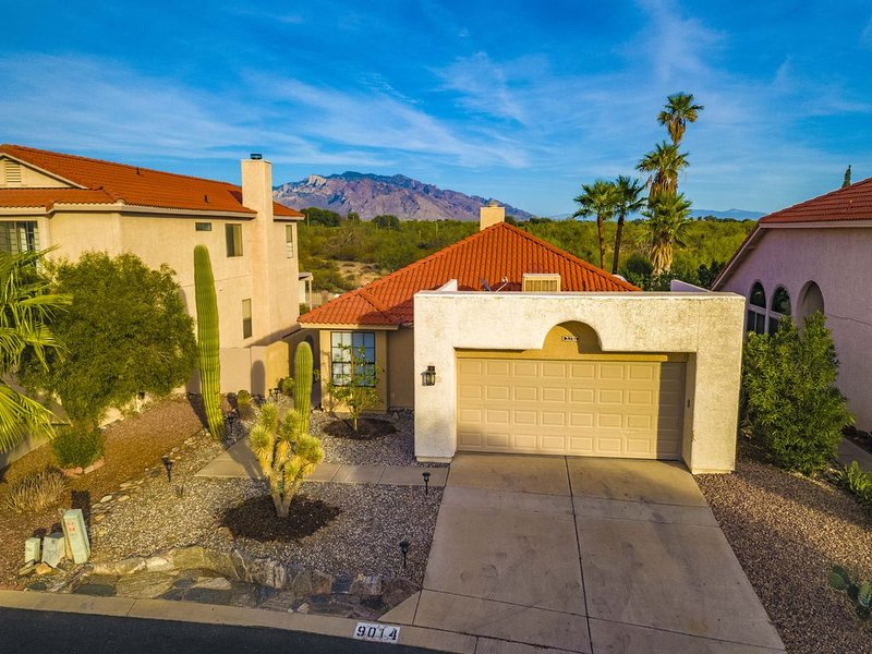 VACATION & STAY SAFELY / Gorgeous Gated Private Home W/ Stunning Mountain Views, holiday rental in Marana