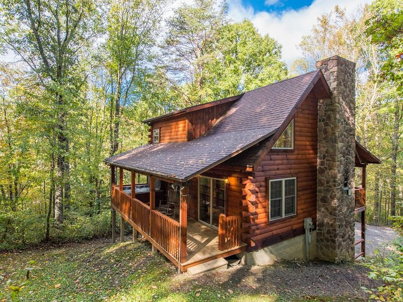 Log Cabin~4 Miles to Caves~Hot Tub~Fire Place&Pit~Secluded~3-D photos~Game Room, holiday rental in Logan