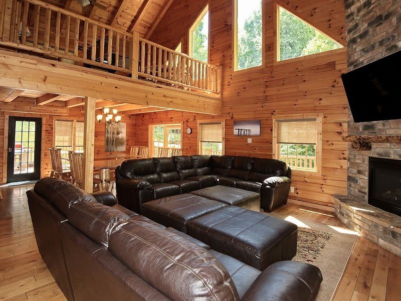 Log Cabin~6 Miles to Caves~Hot Tub~Fire Place&Pit~Secluded~3-D photos~Game Room, alquiler vacacional en Logan