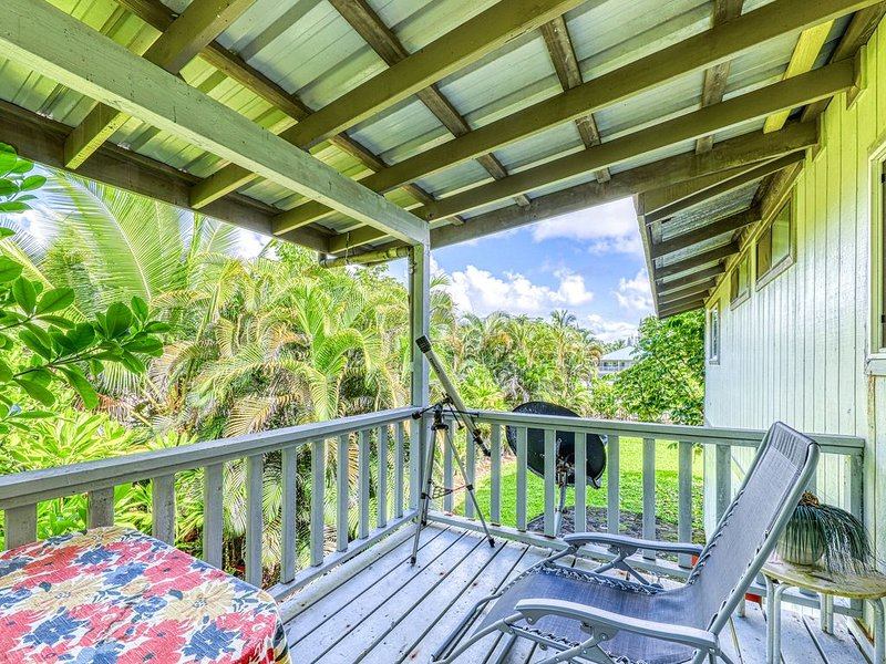 Breezy, updated home w/ lava rock lanai - 1 block to the ocean!, vacation rental in Kapoho