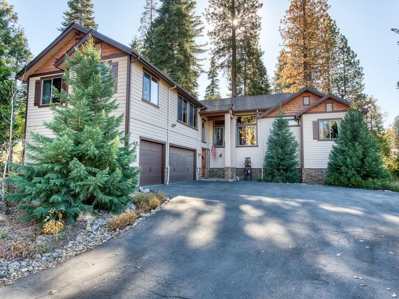 Luxurious mountain home in park-like setting w/ furnished deck - close to skiing, casa vacanza a Shaver Lake