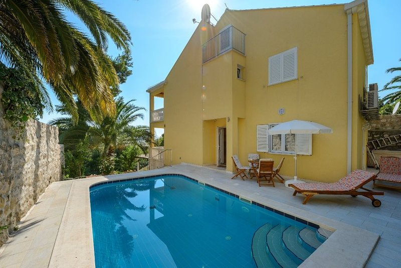 Charming Villa Zlata with pool near Dubrovnik, just 100  from the sea !, alquiler de vacaciones en Mlini