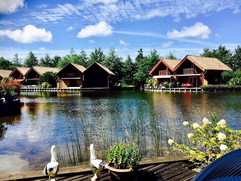 Charmant chalet en bois pied dans l'eau, à 100 mètres du lac et  10km de l'océan, holiday rental in Saint Isidore