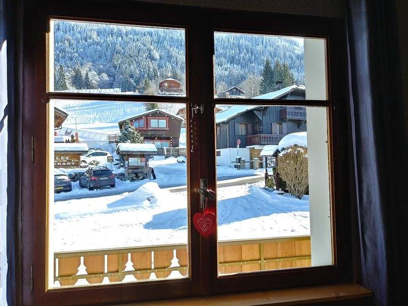 Appartement dans ferme rénovée à proximité des pistes et du centre du village, holiday rental in Magland