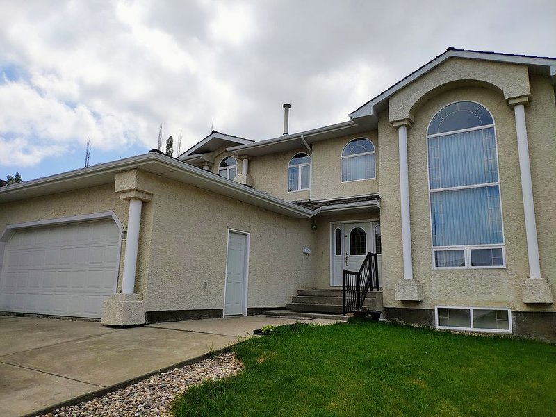 Gorgeous Home in Riverbend w/ Finished Basement, Ferienwohnung in Edmonton
