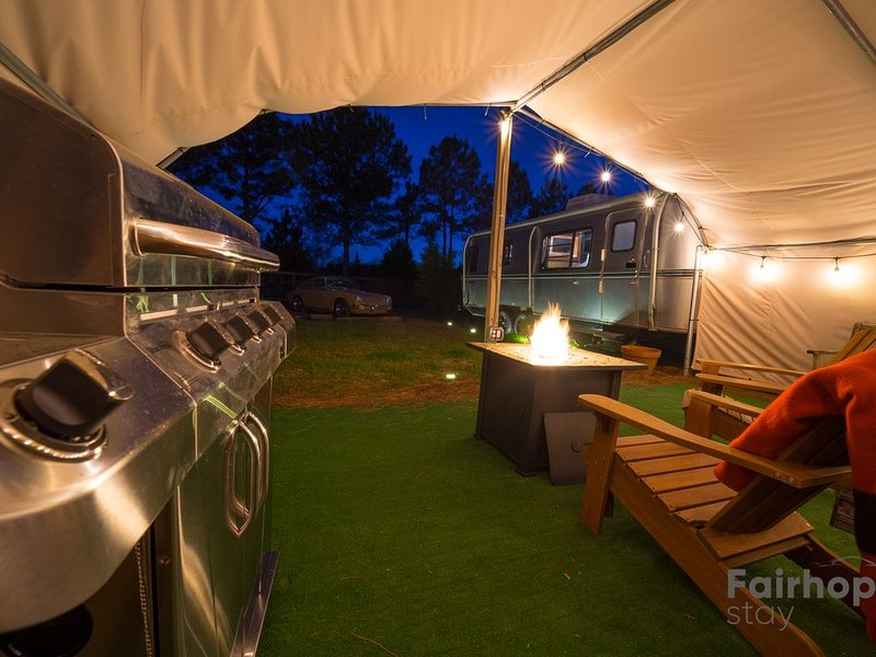 Vintage Silver Bullet modern Flair & EV Charger, vacation rental in Point Clear