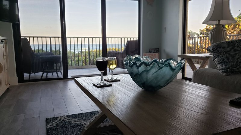Love to fish? Hear the waves? You are on the beach! Complete remodel DONE!, alquiler vacacional en Jensen Beach